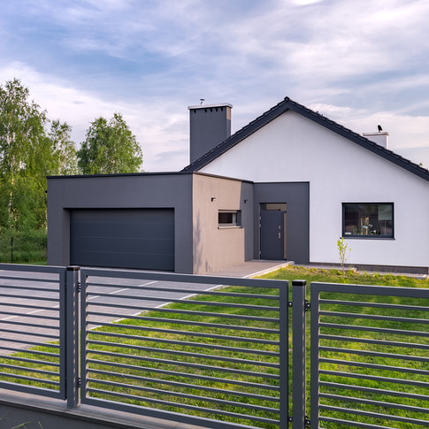 Villa-with-fence-and-garage-813369070_5760x3840.jpeg