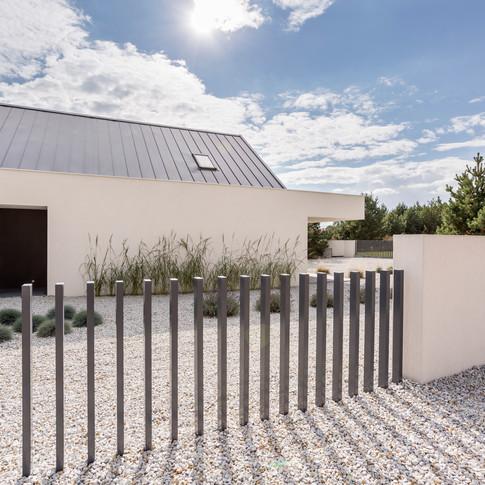 Fence-of-spacious-white-house-919825154_5760x3840.jpeg