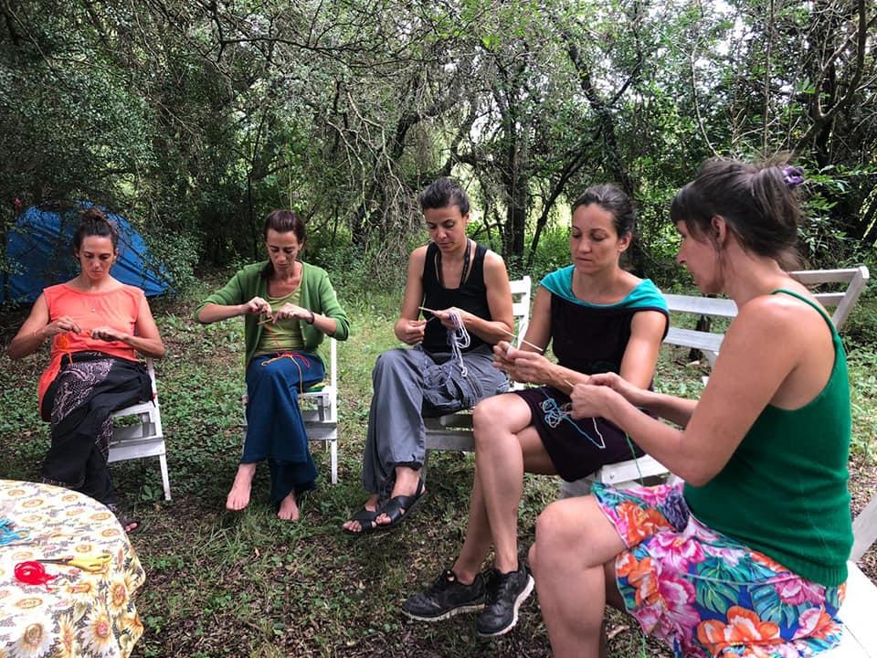 mujeres tejiendo