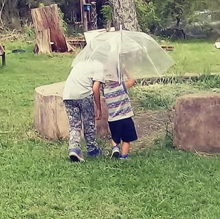 niños paraguas.jpeg