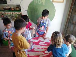 niños cocinan fideos