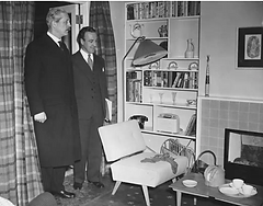 Harold_Macmillan_views_a_1950s_lounge_se
