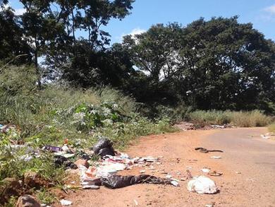 Professor Mariano denuncia escuridão e lixo em rua de acesso ao Summerville e Ibirapuera, em Anápoli
