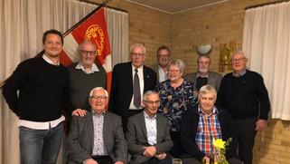 En stolt formand sammen med Birkende Boldklubs Club20 støtteklub. 30 års jubilæum. 9 personer som va