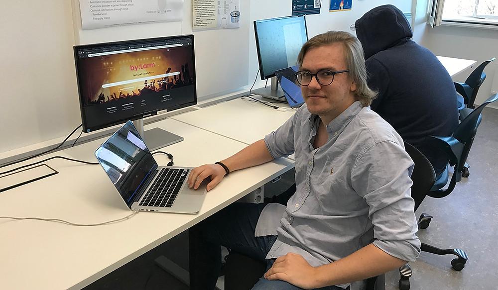 Samler inn data: Sindre Klavestad (t.v) og Herman Bergner går andre året på master i Applied Computer Science. Studenter har bygget dashboard og underliggende programvarearkitektur i anledning by:Larm for å samle inn live data fra by:Larm.