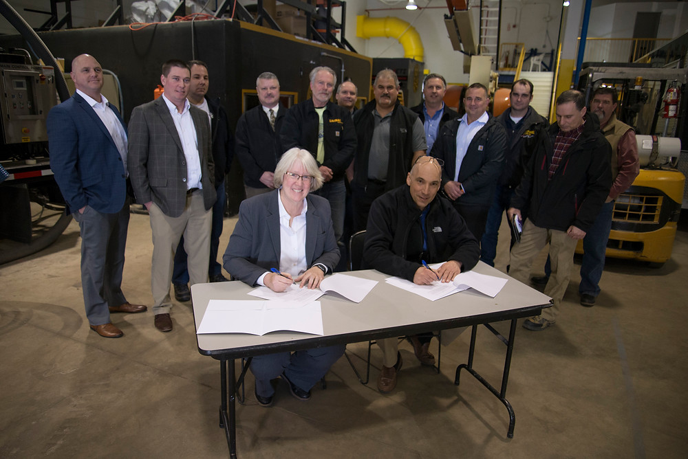 Liberty Utilities NH President Sue Fleck signing Granite Bridge agreement with local union.
