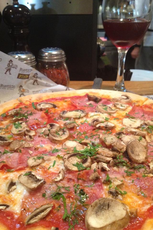 פיצה פרושוטו פונגי של רוסטיקו