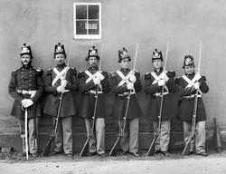 USMC_NCO-with-sword_5-Marines-with-fixed-bayonets_Washington-Navy-Yard_1864-1280