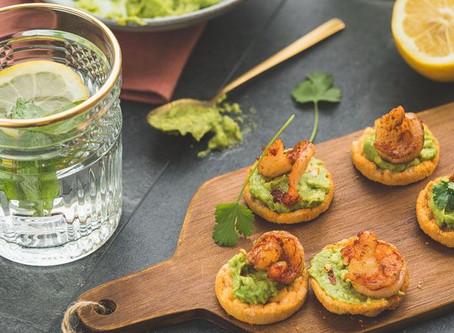 Bruschetta met guacamole en scampi
