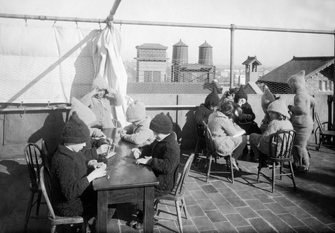 Art class on a New York City roof, 1912. Philipp Kester/ullstein bild via Getty Images