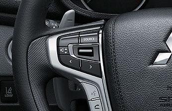 שליטה מגלגל ההגה על דיבורית Bluetooth ומערכת השמע**