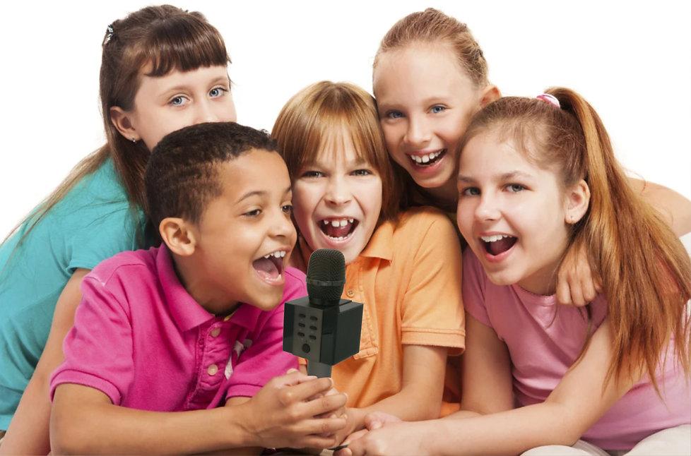 Дети поют в караоке микрофон.jpg