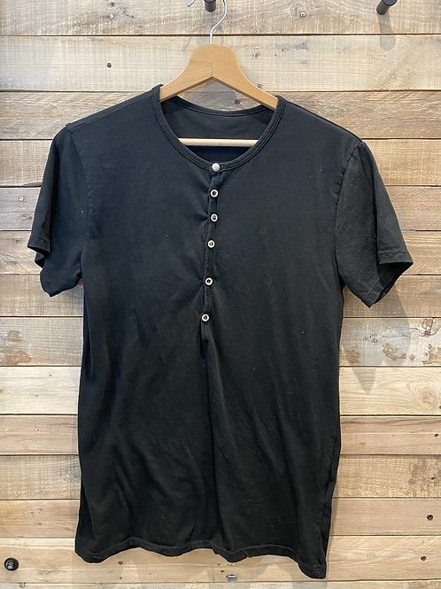 T-shirt basica nera con bottoni
