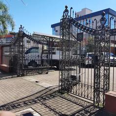 Portão de entrada da loja