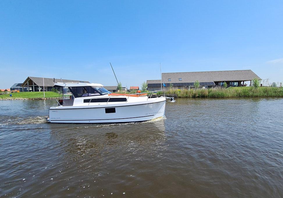 Nexus Revo 870 Hardtop Electric Motorboat