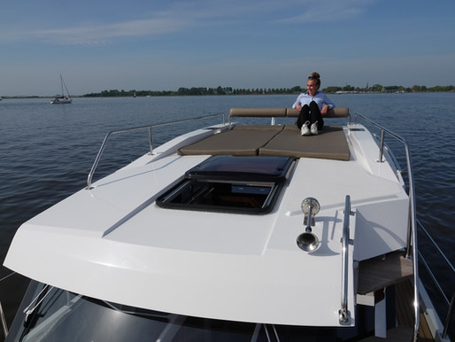 A relaxed holiday on the water, charter a yacht in Friesland for 4 or 6 persons