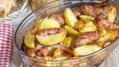 Saucisses au four sur lit de pommes de terre