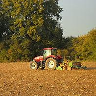 Tracteur dans un champ en train de semer