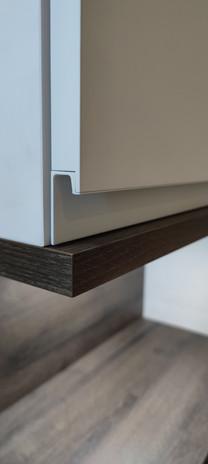 ranz-raumkonzepte-badmöbel-schreiner-modern-wandhängend-Tür-Tuer-Griffleiste-soft-close