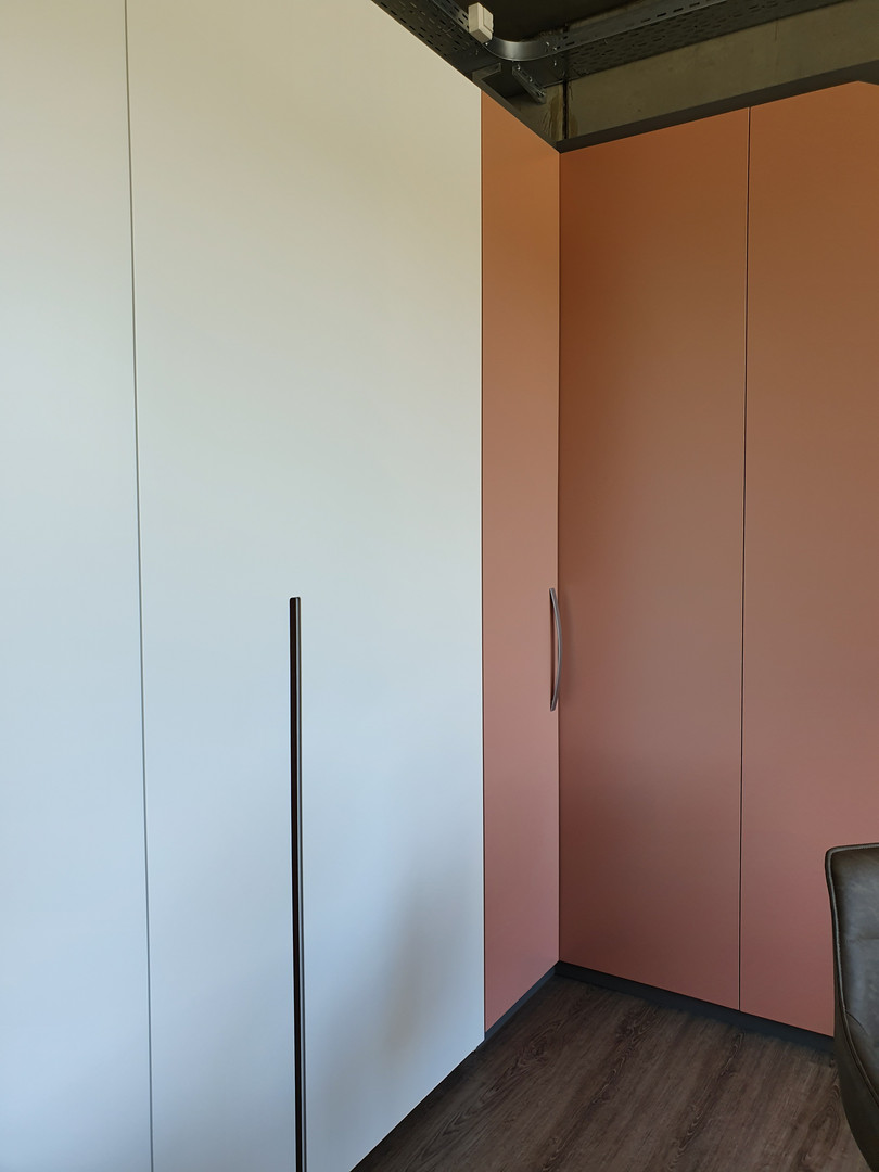 ranz-raumkonzepte-Ausstellung-Konrad-Zuse-Strasse-Straße-9-79576-Weil-am-Rhein-Einbauschrank-Weiss-Lack-Dachschräge-flächenbündige-Schiebetüren