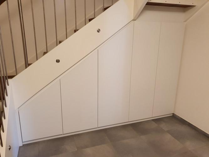 Schrank-unter-Treppe-Weiß-Matt-Türen-Auszüge-Stauraum-modern-Eiche-Stufen