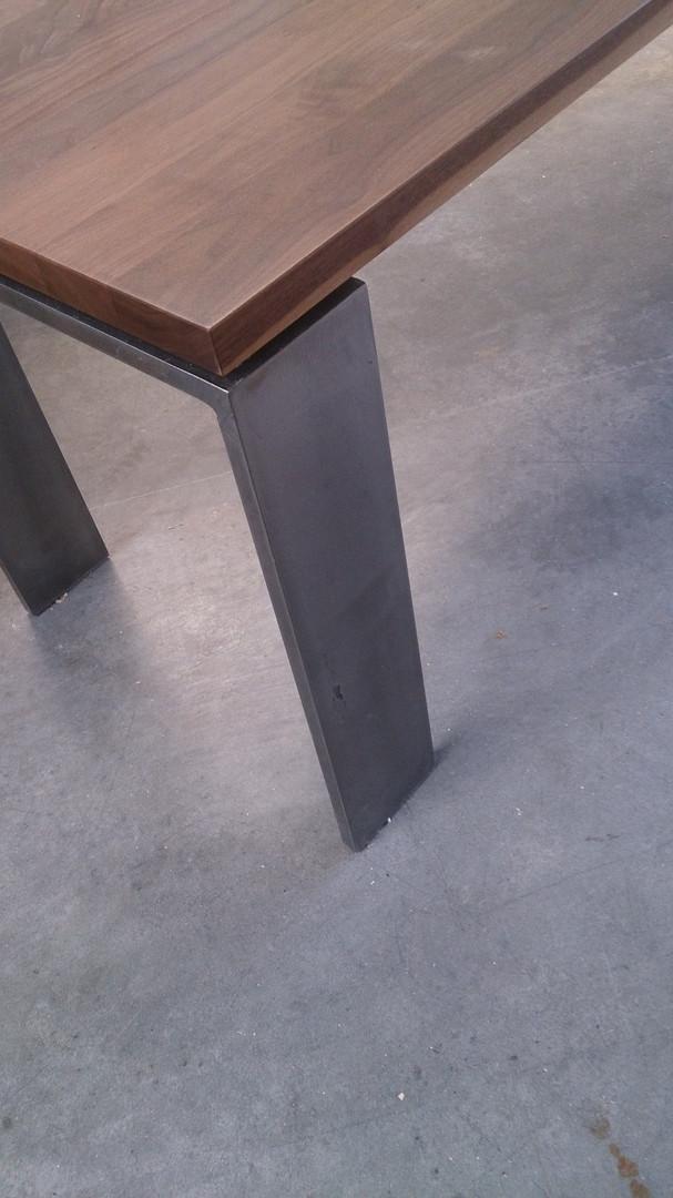 ranz_raumkonzepte_Schreiner_Weil_Lörrach_Basel_Tisch_Metallbeine_Metall_Nussbaum
