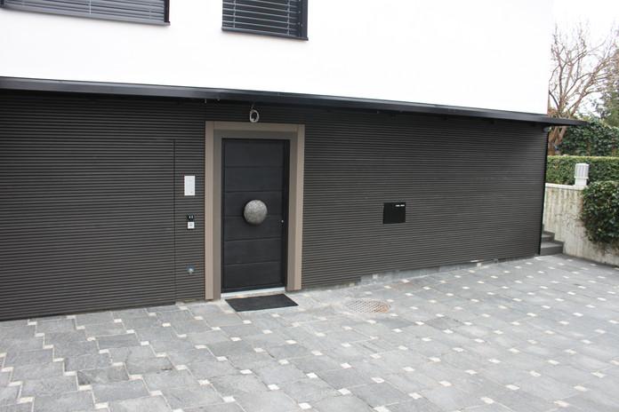 Fassade-Haustür-Holz-speziell-Massanfert