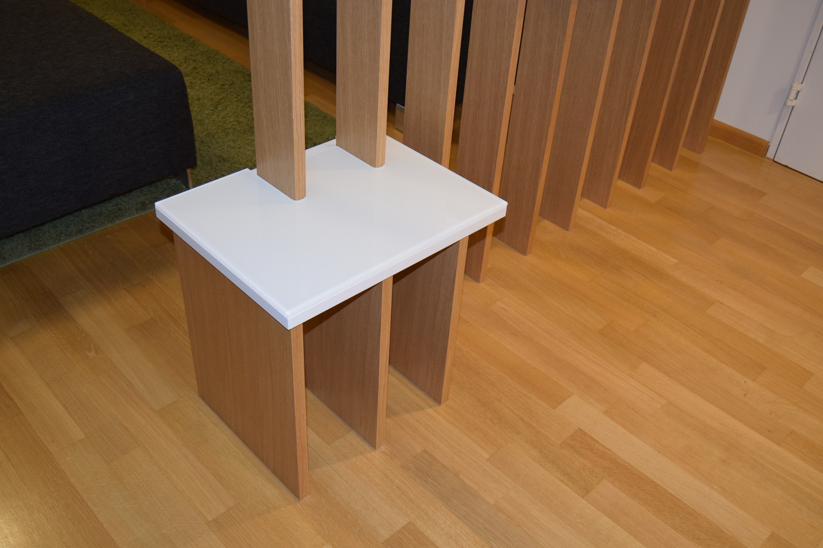 ranz_raumkonzepte_Schreiner_Weil_Lörrach_Basel_Raumteiler_Eiche_Furnier_Weiß_Lack_Glas_Sitzfläche