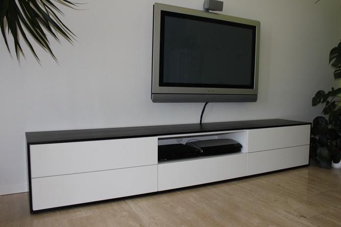 ranz_raumkonzepte_Schreiner_Weil_Lörrach_Basel_Longboard_Sideboard_TV_Board_Schwarz_Weiß