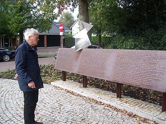 Piet bij Joods monument.JPG