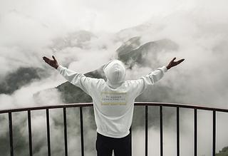 hoodie-mockup-of-a-man-making-a-victory-
