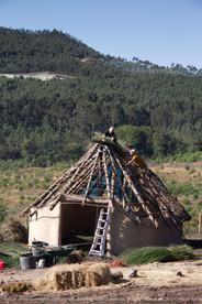 Construção do Parque etnoarqueológico  das cabanas pré-históricas  do Outeiro das Mouras, Salcedo  Galícia - Espanha  Fotografias: Kenia de Aguiar Ribeiro  Julho de 2019