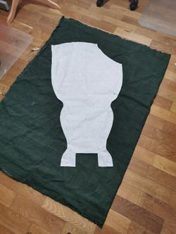 pose du patron sur le tissu escompté (ic
