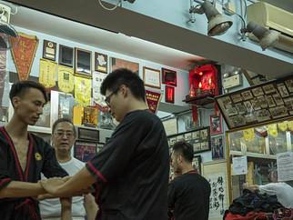 明周文化【關公很忙】 尚武精神 詠春武館內的關帝像 梁挺宗師訪問
