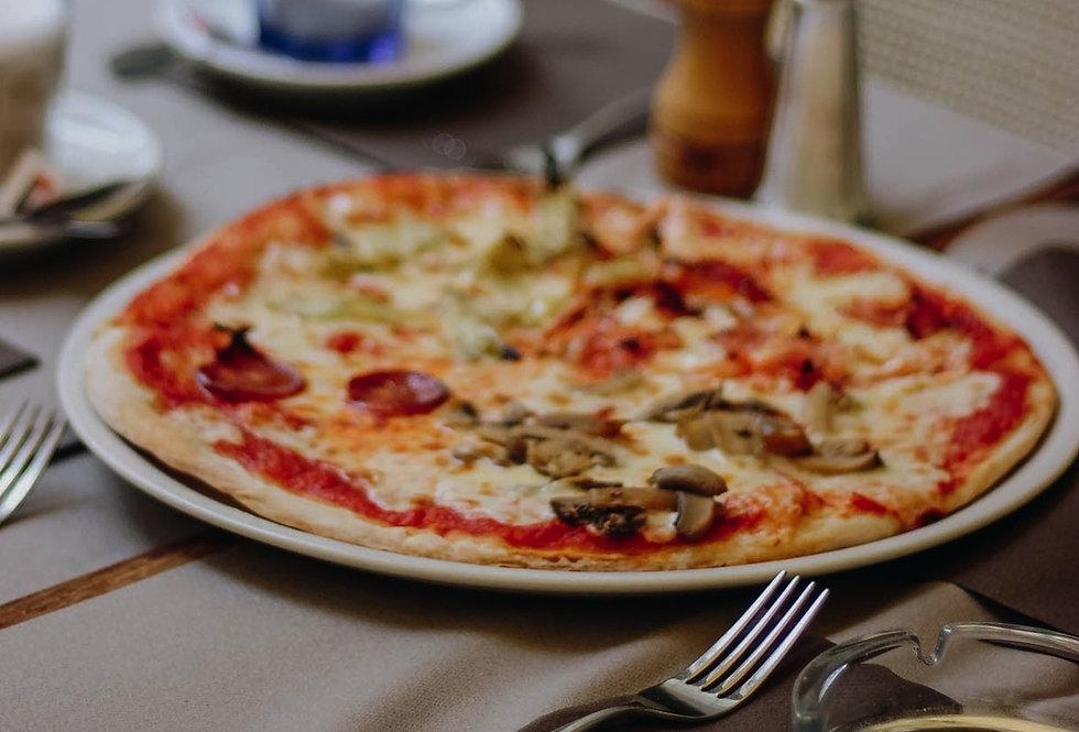 Pizza Funghi auf gedecktem Tisch