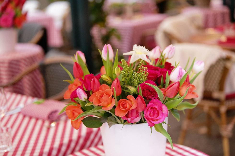 Blumenstrauss auf gedeckten Tisch in Restauarant
