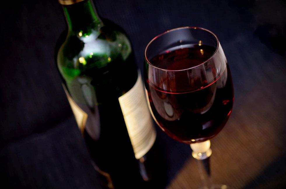 Weinflasche und Weinglas für Getränkekarte