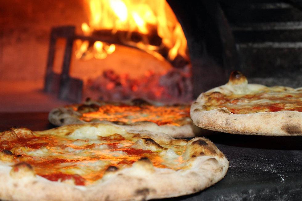 Leckere Pizza aus Holzofen in Pizzeria Cortile in Ascona