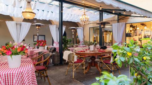 Terrasse mit gedeckten Tischen und Kronleuchtern