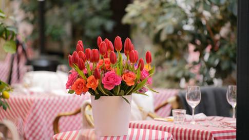 Blumenstrauss in Vase auf Tisch