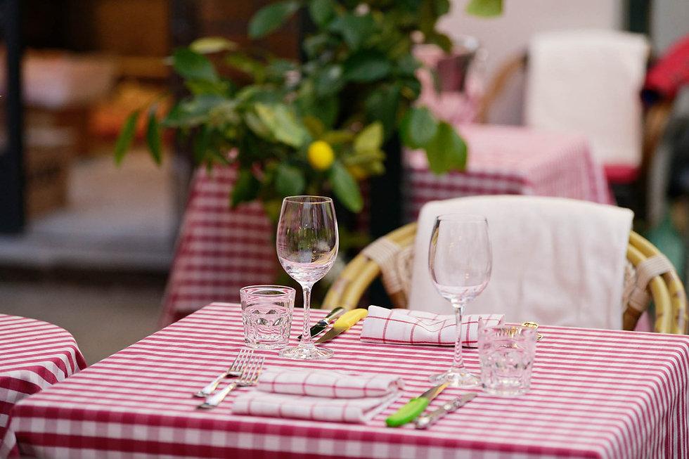 Schön gedeckter Tisch in Pizzeria für zwei Personen