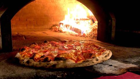 Pizza Prosciuttoaus dem Holzofen