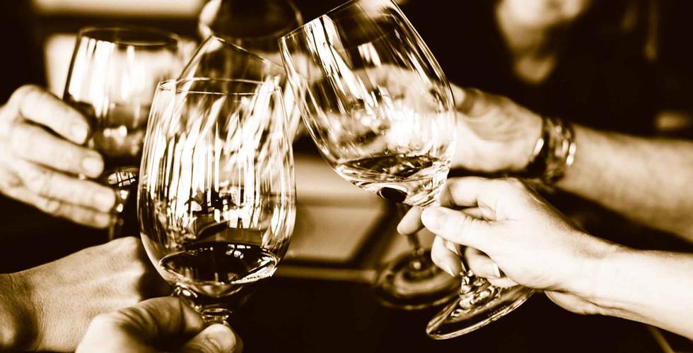 Personen stossen mit Weingläsern an in einem Restaurant