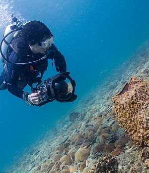 Diver with DSLR camera on Koh Tao, Thailand