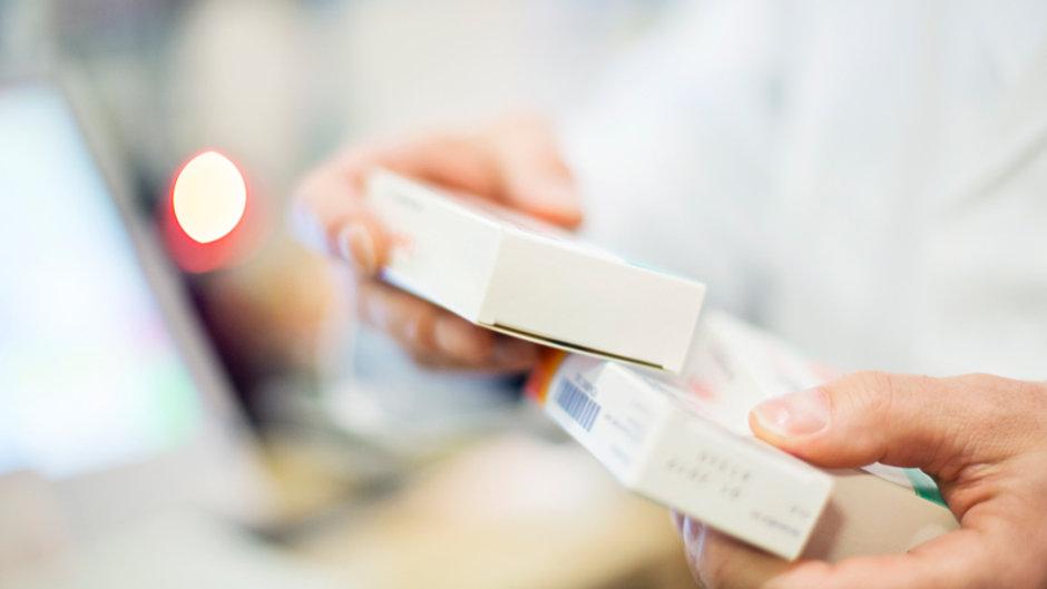 pharmacist-holding-ms-disease-modifying-