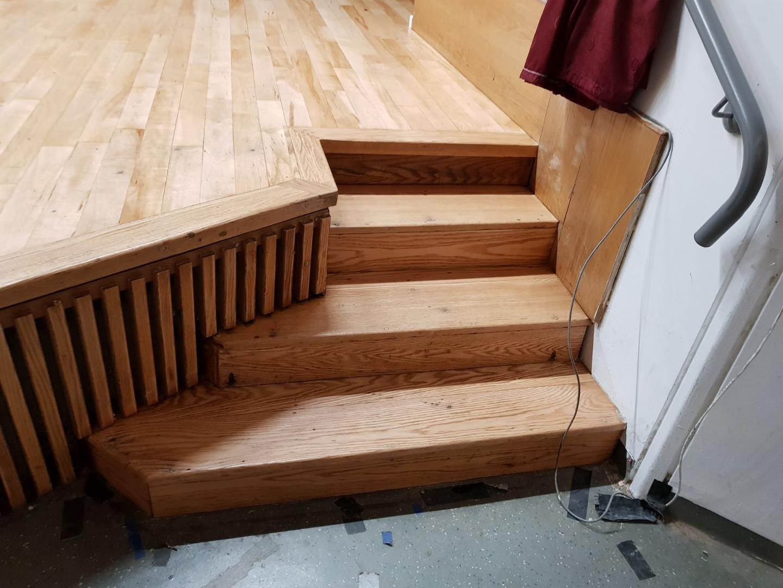 מדרגות עלייה לבמה