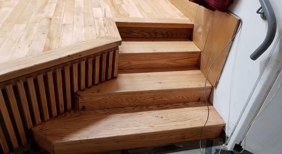מדרגות עץ לבמה