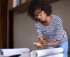 Jovem mulher fazendo anotações