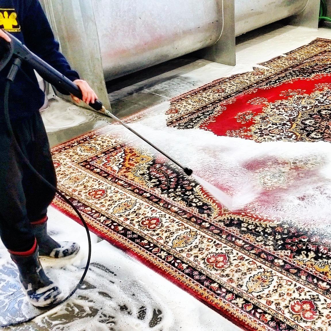 płukanie dywanu wysokim strumieniem