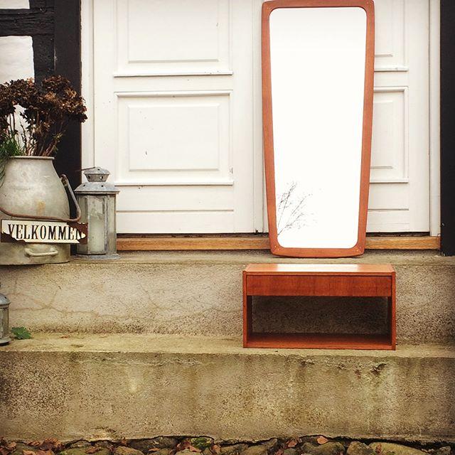 Det lækreste lille sæt til entréen bestående af spejl og lille væghængt kommode med skuffe. Perfekt